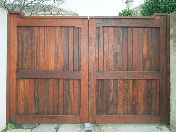 Wooden gates and timber gate design bill pinterest for Wooden driveway gate designs
