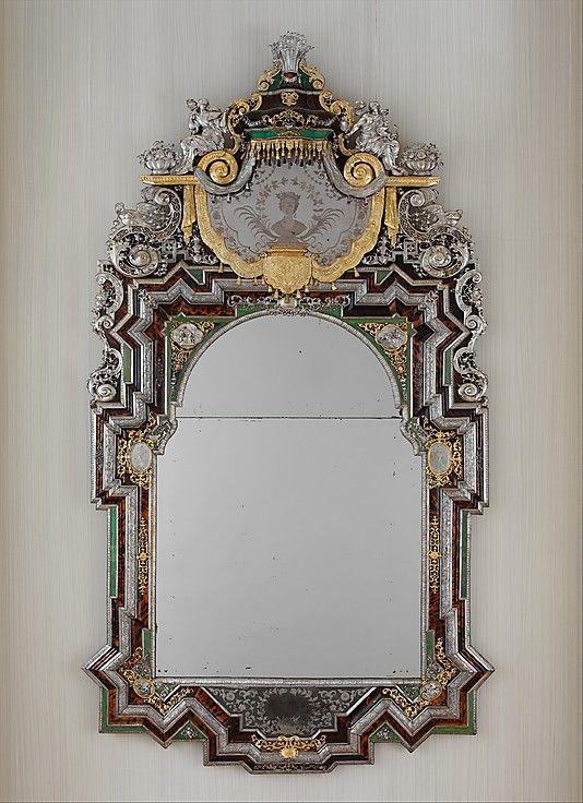1710 miroir allemand (Augsburg) d'argent au Metropolitan Museum of Art, New York.  L'argent a été souvent utilisé dans le mobilier baroque aristocratiques et judiciaires dans le 17ème siècle, et certains ont également été faites dans le 18ème siècle.  Cette pièce en particulier, émule le style français Louis XIV qui a été marquée par ces pièces de mobilier d'argent.  Malheureusement, la plupart de ces œuvres d'argent ont été fondu au fil des ans, ce qui en fait l'un d'autant plus précieux.