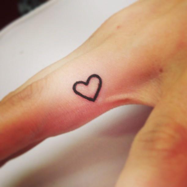Фото тату сердечко на пальце