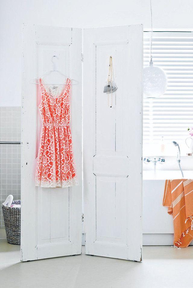 DIY folding screen #doors - Zelfmaakidee: Kamerscherm van twee oude deuren #kamerscherm Kijk op www.101woonideeen.nl