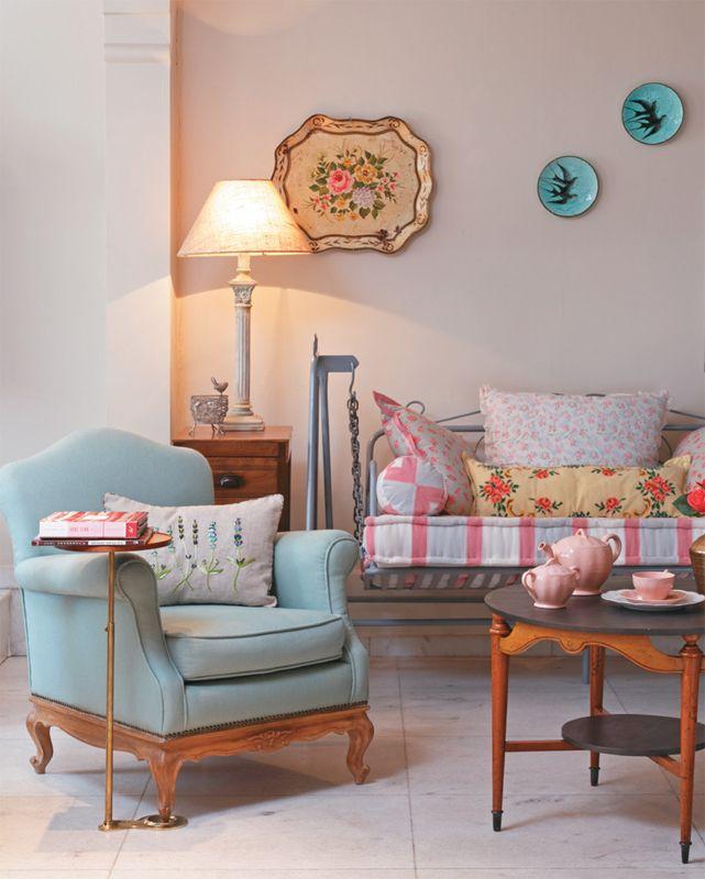 Linda sala, com cores românticas e uma decoração rústica e charmosa!