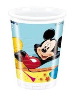 Zrelaksowany Mickey doskonale bawi się na zabawie