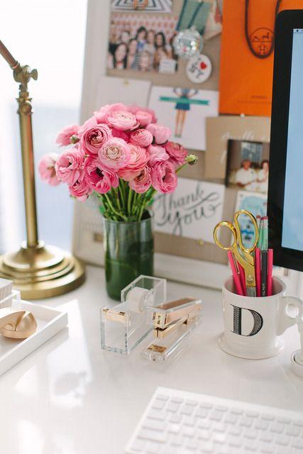 We love a white desk + pops of colors + fresh flowers. #sopretty #dreamdesk #dormify @dormify .