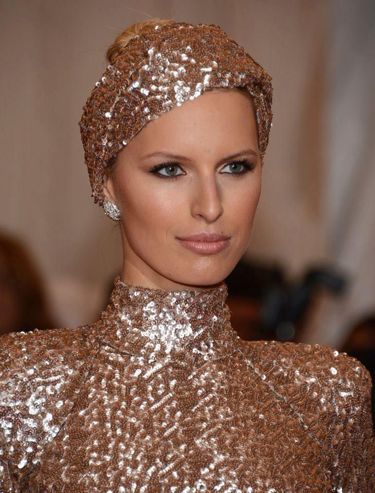A close look at Karolina Kurkova's headband by Rachel Zoe