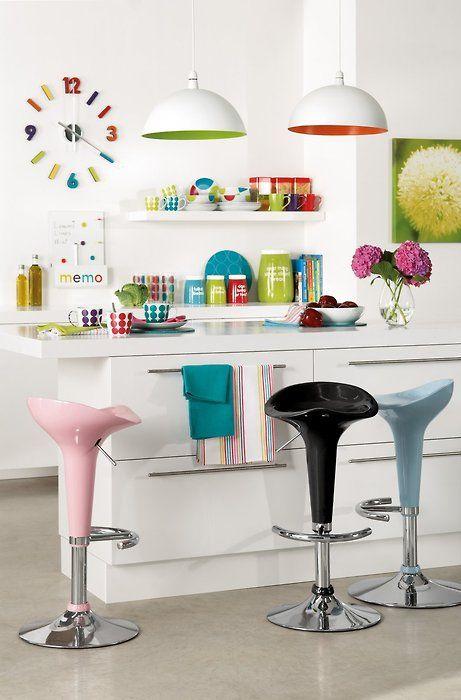 #Cozinha colorida! Veja que efeito legal das louças coloridas nas prateleiras. Potes estampados de mantimentos, quadrinhos e banquinhos também ajudam a deixar o espaço das refeições mais alto astral! #home