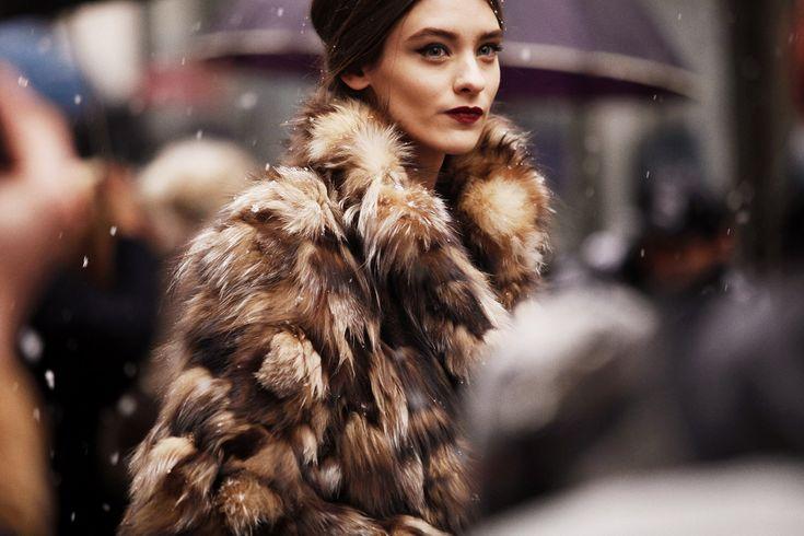 Esos ojos marcados con un eyeliner que quiere ser para siempre y unos labios borgoña que huelen a vino y a días de invierno. Como el de hoy en la ciudad italiana.