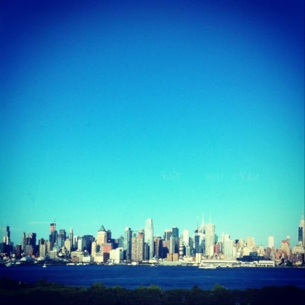 The view of NYC on the morning commute of one of our readers. #Mashpics