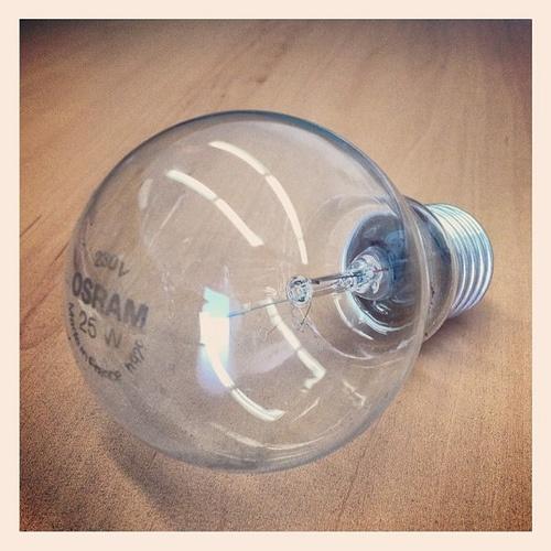 Das war sie, unsere letzte Glühlampe mit Glühfaden. Ab jetzt nur noch grässliche Energiesparlampen :-/