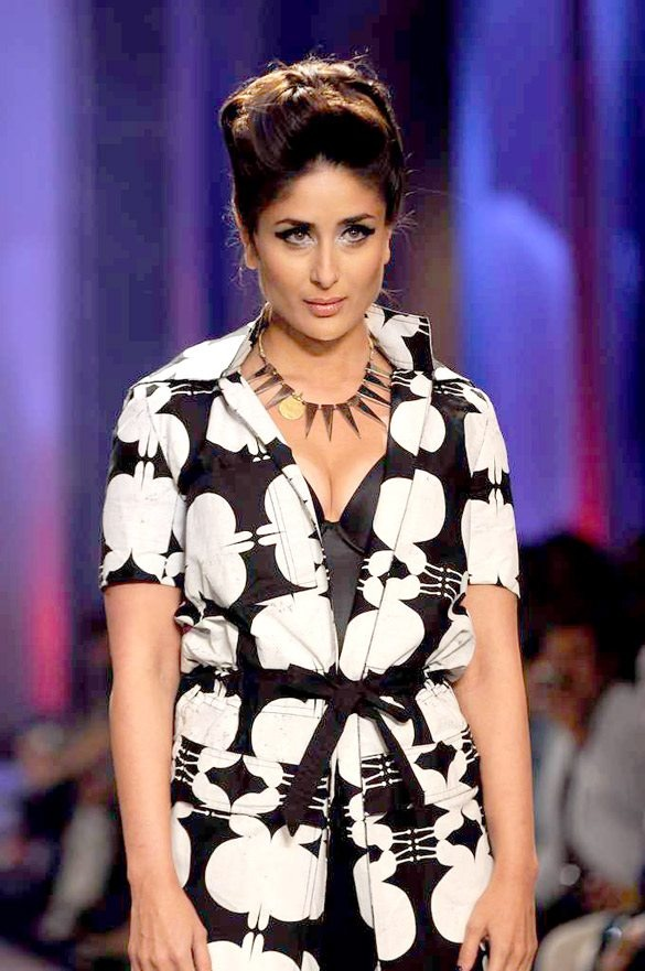 Do you Like #KareenaKapoor's outfit? Does she look stunning?
