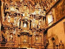 17 - No hay un solo pedazo de pared sin pintura o tallado, la singular capilla es un hermoso retablo..