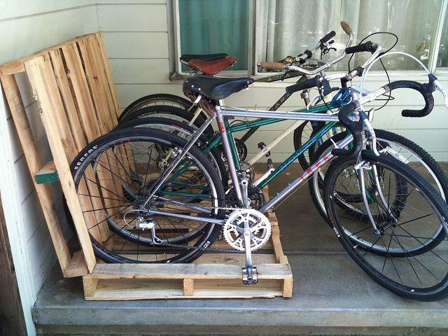 biciklitároló raklapból