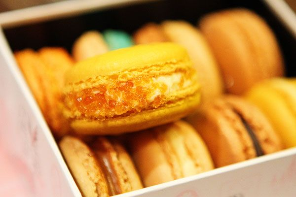 OMG! I just HAVE to find a recipe for these!! Creme brulee macaron ...
