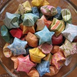 CALENDARI ADVENT Each of these gorgeous stars holds a kind secret to whomever opens it. a beautiful & creative way to lift your spirits throughout the year!
