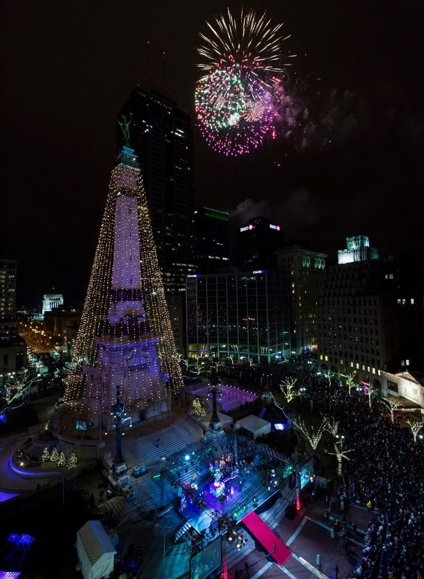 Christmas fireworks at the soldiers39 sailors39 monument for Tree lighting indianapolis