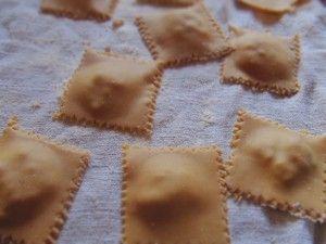 Agnolotti di farina di castagne ripieni di salsiccia e zucca