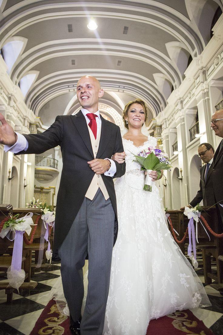 Novios saliendo de su boda en la Basílica de Atocha