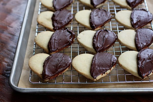 Dark chocolate almond shortbread hearts | Recipe