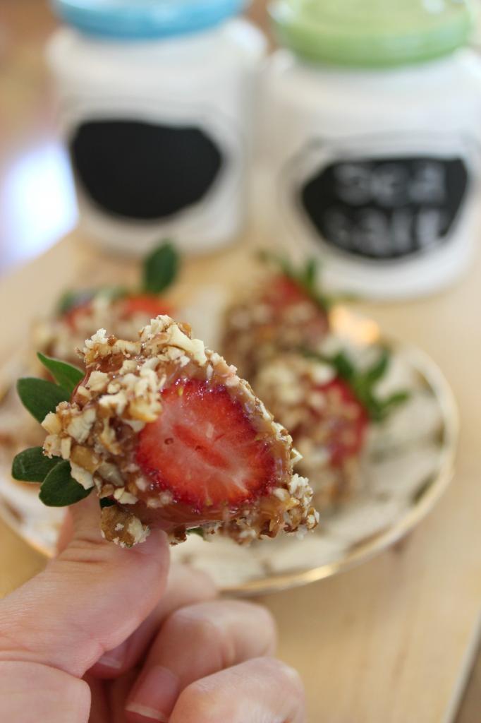 Salted Caramel Covered Strawberries | dessert | Pinterest