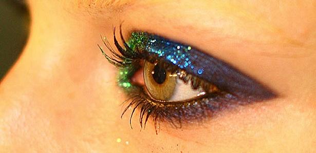 Maquiagem com glitter.