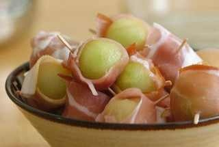 Prosciutto wrapped melon and pineapple | Italian appetizers | Pintere ...