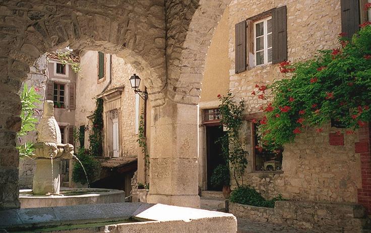 Provence: 2000 (Seguret, Roussillon, Ventabren, Fontaine de Vaucluse photos) > Seguret Plaza