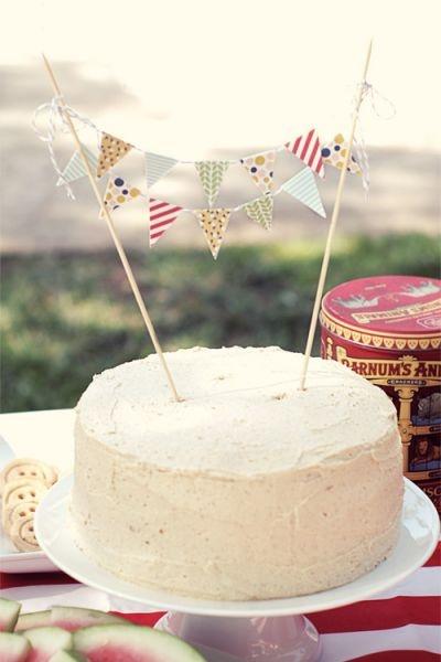 Guirnalda de banderines para decorar tu pastel de boda. Imagen: A pair of pears.