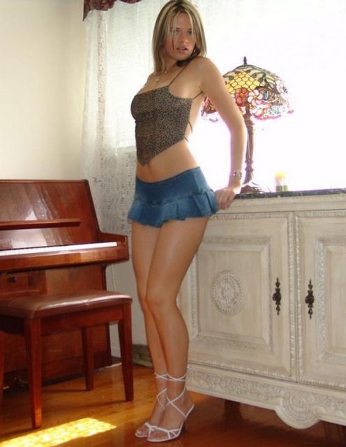 domashnee-foto-seksualnih-devushek-v-yubkah-rossii
