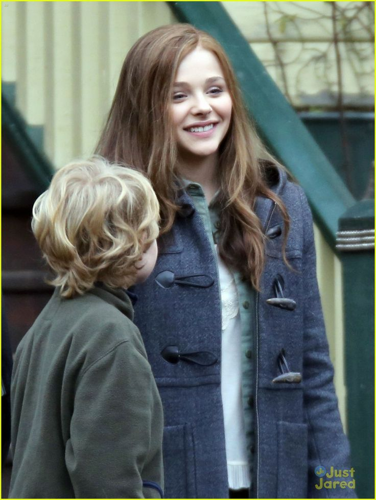 Chloe Moretz Carries Cello Case on 'If I Stay' Set | chloe ...