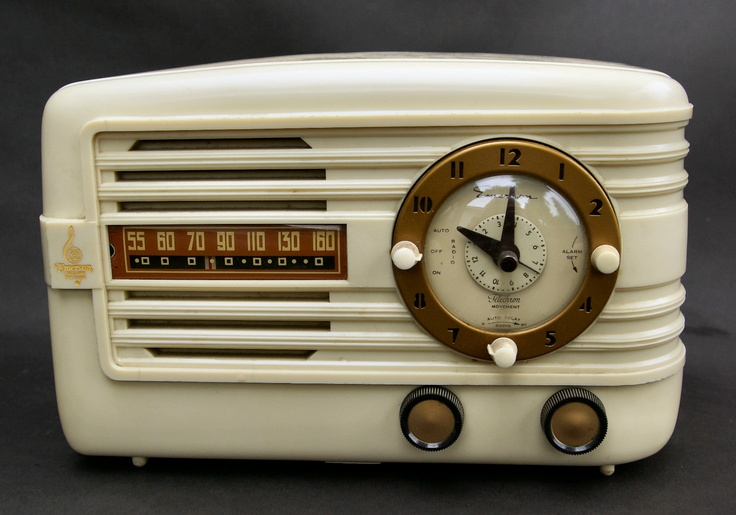 Vintage 1942 emerson white bakelite table top clock radio ...