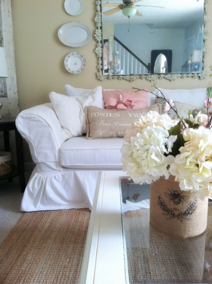 Shabby chic living room like the flowers on the coffee table