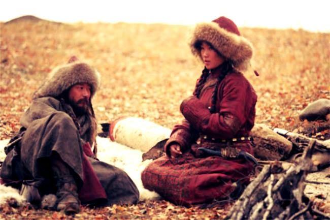 Türk Edebiyatı'nın bilinen ilk aşk şiiri, ilk Türk şairi Aprın Çor Tigin'den;  Küçlüg priştiler Küç birzünin Közi karam birle Külüşüpen külüşügin oluralım  Günümüz Türkçesiyle:  Güçlü melekler Güç versinler Gözü kara sevgilimle Gülüp gülüşerek oturalım