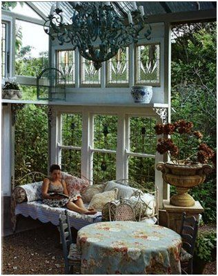 i l<3ve it. a secret, hidden space surrounded by trees and hedges. a good place to hide with a steaming pot of tea and my dogs and my kindle...