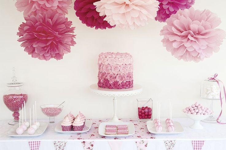 DECORACIÓN CON UN TOQUE PERSONAL  Los pompones de papel de seda pueden ser la guinda del espacio donde celebras tu boda. Y si las haces con tus propias manos conseguirás una decoración con un toque único.  Puedes leer todo el artículo en: http://www.labodamagazine.es/nacional/articulos/decoracion-con-un-toque-personal.3229.lbm  #decoración #personal #toque_único #celebración #boda #pompones #nupciales #tarta #creatividad