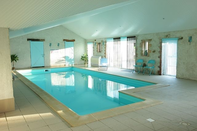 Piscine interieure deco pinterest for Piscine interieure