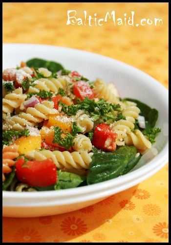 Pasta salad with tomatoes, spinach and peppers