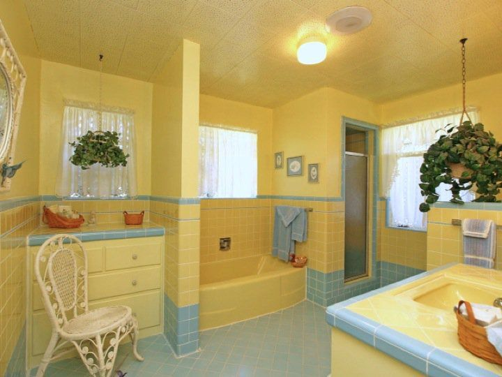 Pics for vintage yellow tile bathroom for Yellow bathrooms photos