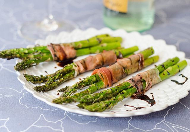 Prosciutto-Wrapped Asparagus Bundles by Pink Parsley Blog, via Flickr