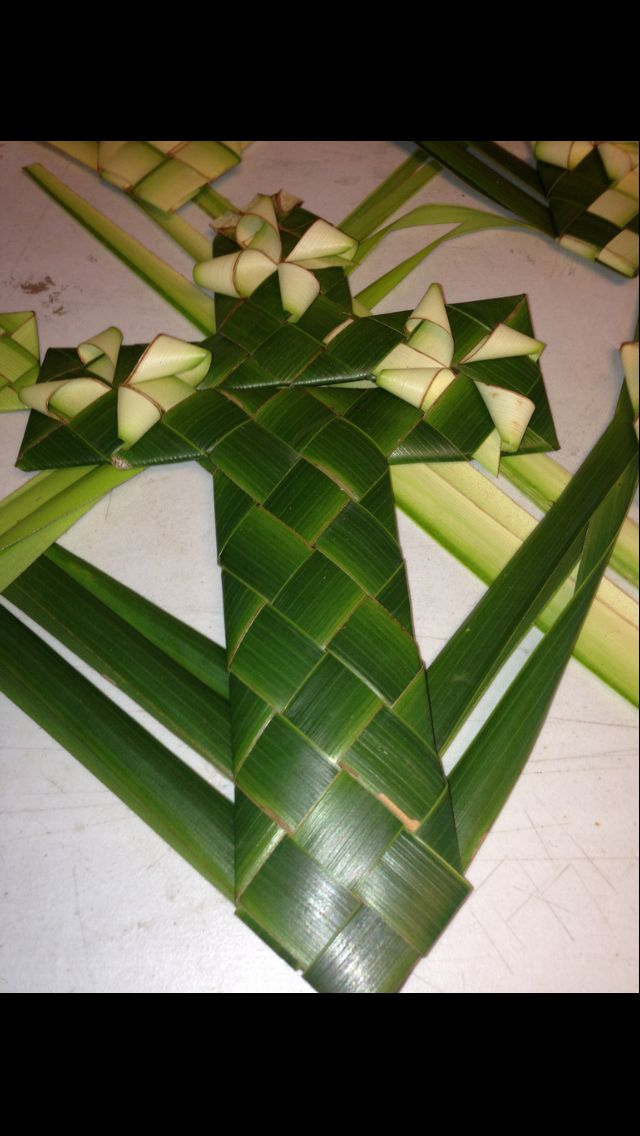 How To Weave Palm Fronds Into A Basket : Palm frond cross leaf weaving art