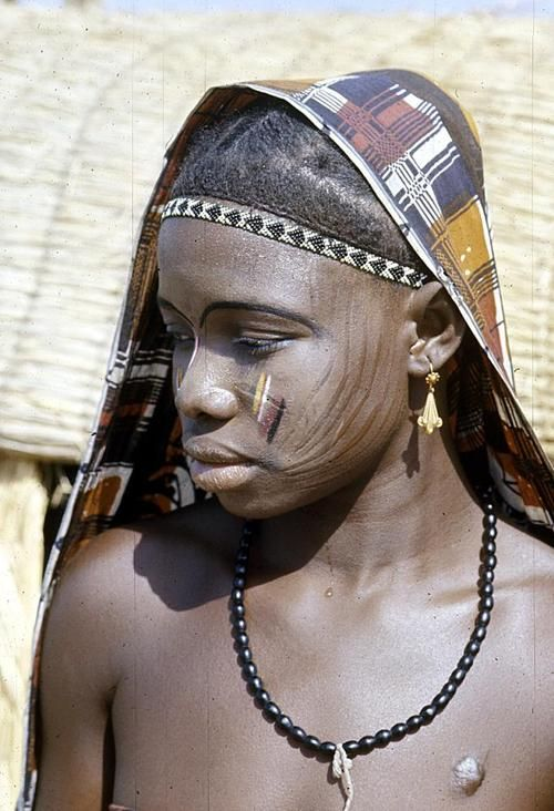 Africa | Dendi girl with facial paint and scarification  near Gaya village, Niger | ©Eliot Elisofon.  1970/1