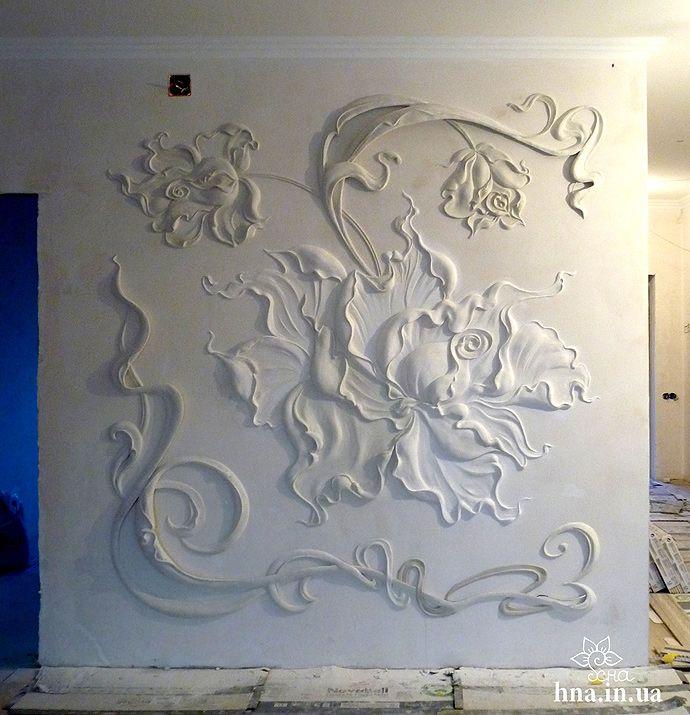 Барельефные рисунки на стене