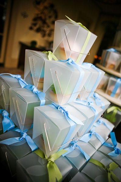 cupcake-favors-in-transparent-chinese-takeout-boxes-tied-with-ribbon