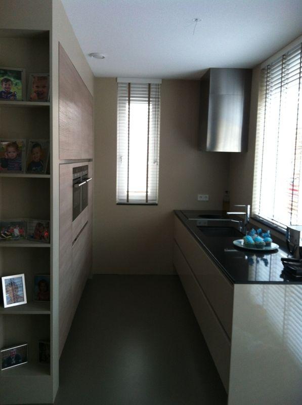 Keuken Kastenwand Met Nis : greeploze keuken met houtkleurige kastenwand in bouwkundige nis
