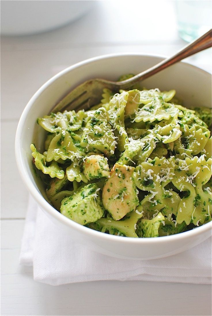 @Kelli DeLuca an idea for our pinterest party! i say we do this next week ;) Farfalle Pasta with Chicken and Spinach Pesto
