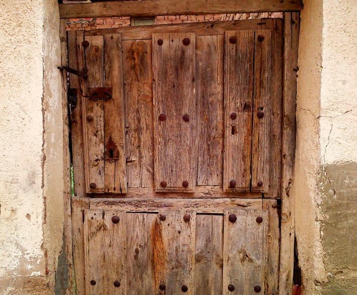 Puertas de madera en fontioso puertas antiguas de madera - Puertas viejas de madera ...