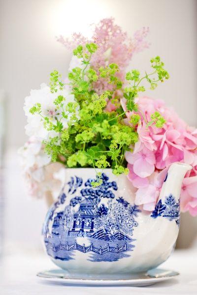 Tetera de porcelana blanca y azul