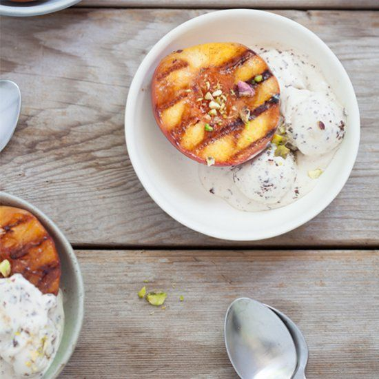 Grilled peaches with honey almond yogurt, a light and healthy summer ...