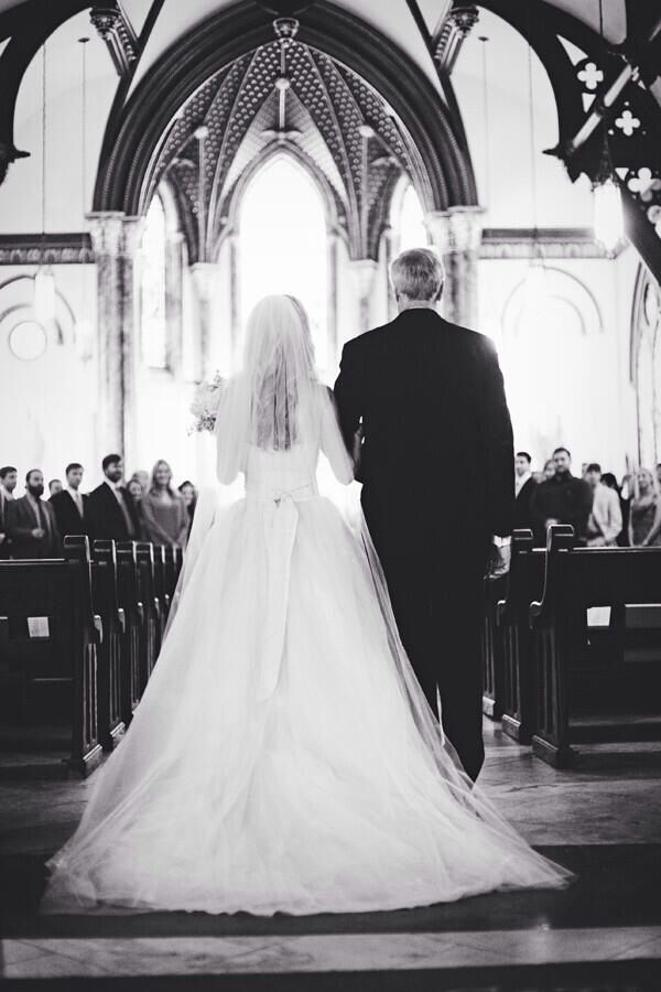 Father walking daughter down the aisle emotions n - Pose photo mariage ...