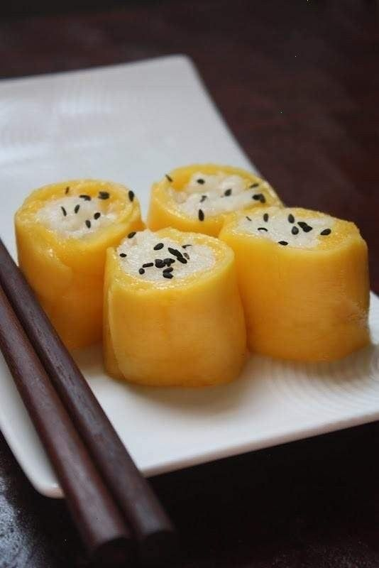 thai coconut sticky rice with mango (sushi form)