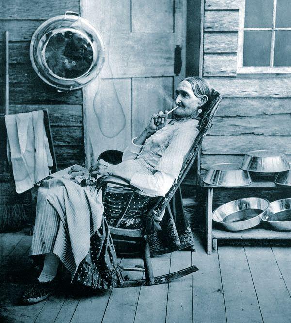 Grannies Smoking Pipes - Radiopassiivista Jätettä