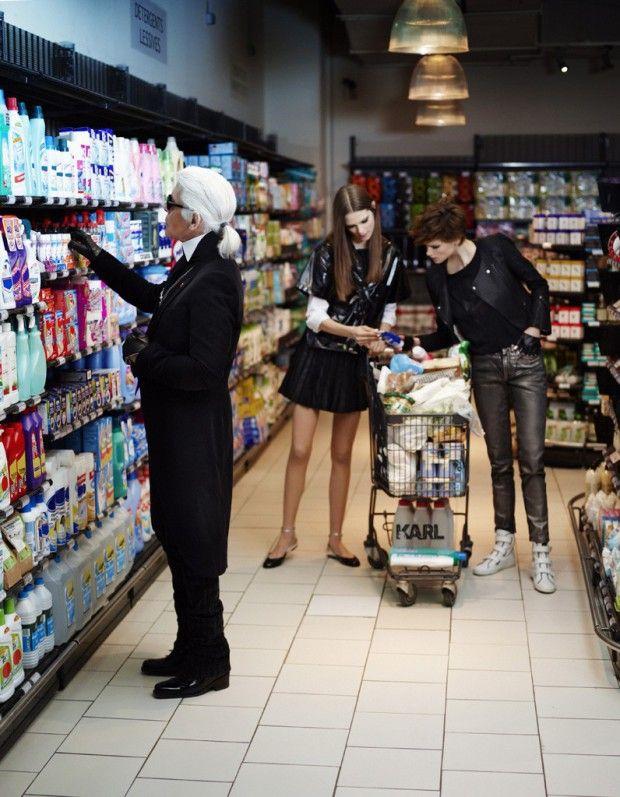 Exclu : Karl fait défiler Chanel dans un supermarché ! http://www.elle.fr/Mode/Les-news-mode/Autres-news/Exclu-Karl-fait-defiler-Chanel-dans-un-supermarche-2683598